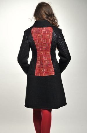 Černý módní kabátek na zip z lesklého prošívaného materiálu