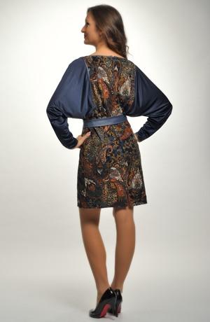 Barevné šaty s netopýřími rukávy do práce i do společnosti