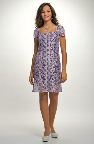 Elegantní pouzdrovky z krajky ve fialkové barvě