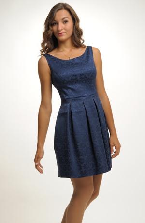 Dívčí šaty s moderními sklady z elastického žakáru