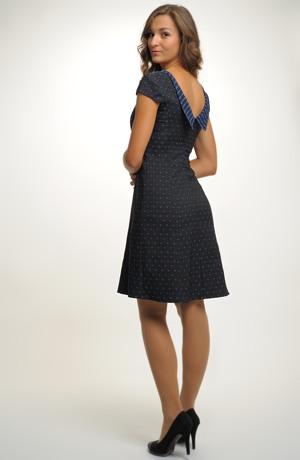 Velmi slušivé jednoduché elegantní šaty do společnosti