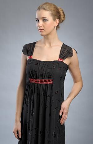 Večerní šaty s řasením zdobené černou výšivkou - VÝPRODEJ