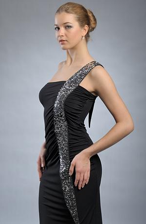 Elegantní koktejlové šaty s řasením do ozdobného pruhu