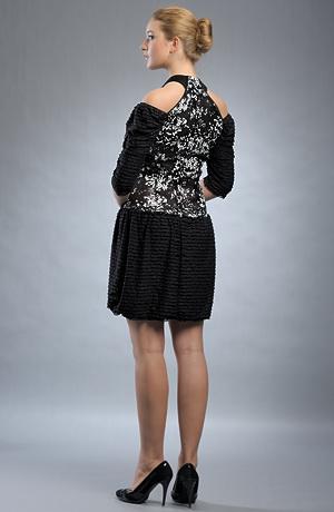 Extravagantní černobílé krátké dívčí šaty.