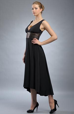 Černé večerní šaty zdobené zlatými pruhy v pase.