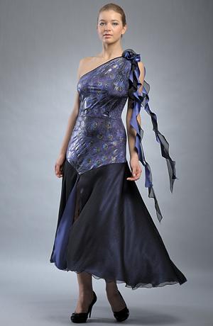 Extravagantní večerní šaty se šikmou sukní a stuhou.