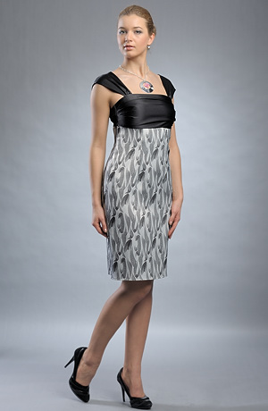 Koktejlové šaty s efektním nařaseným černým sedýlkem.