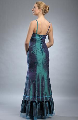 Dlouhé plesové šaty s jemnou výšivkou s korálky.