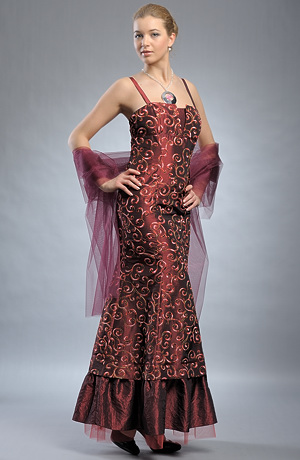 Elegantní dámské šaty na ples s bohatou výšivkou.