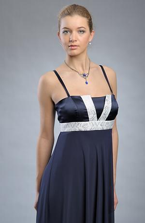 Dlouhé raminkové společenské šaty s bílou portou.