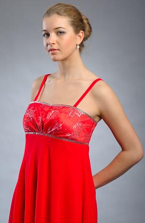 Společenské šaty se zdobeným sedýlkem a širokou sukní.