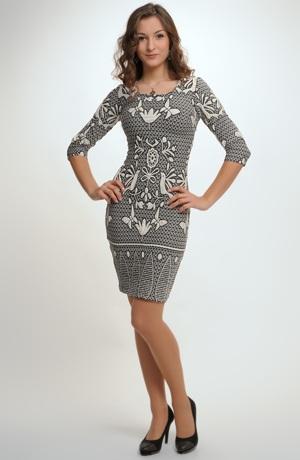 Dámské šaty zdobené zajímavým vzorem