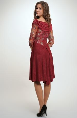 Krátké společenské šaty zdobené krajkou na zádech a na rukávech