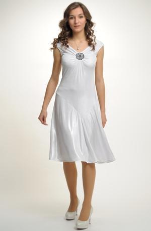 Elegantní bílé elastické šaty s metalízou