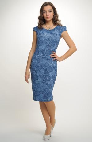 Společenské šaty zdobené plastickým krajkovým vzorem
