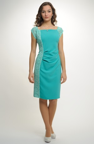 Elastické krátké šaty s módním nabíráním a s krajkou