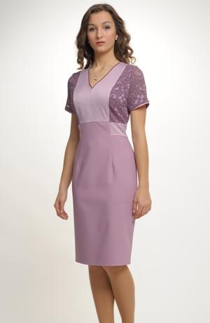 Pouzdrové šaty s děleným sedlem zdobené krajkou