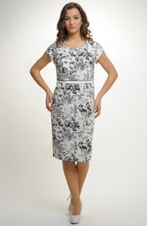 Elegantní dámský kostýmek v černobílé kombinaci.