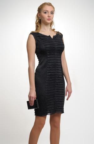 Malé společenské pouzdrové šaty přiléhavého střihu bez rukávů.