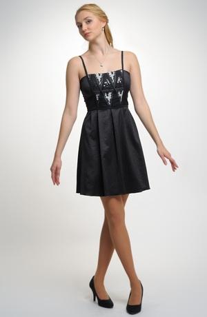 Šaty se skládanou sukní.