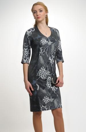 Pleteninové šaty se zeštíhlujícím střihem v kombinací dvou materiálů