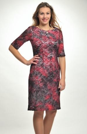 Pouzdrové společenské šaty v batikované krajce i pro plnoštíhlé