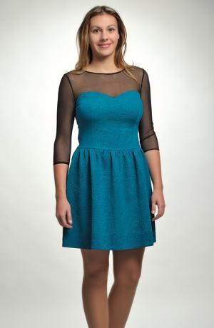 Dívčí šaty vhodné k maturitě a do tanečních