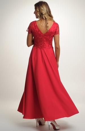 Dlouhé společenské šaty vhodné na svatbu