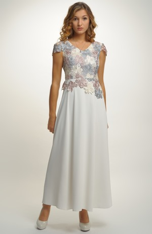 Šaty s ozdobným živůtkem a elastickou sukní lichotí postavě.