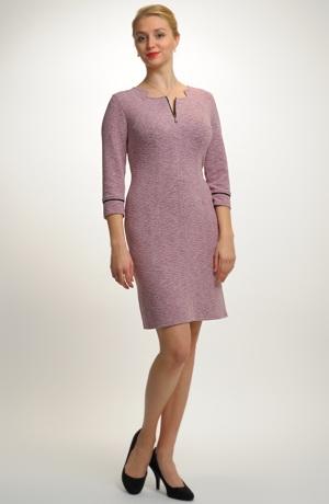Pouzdrové společenské šaty s jemným plastickým vzorem.