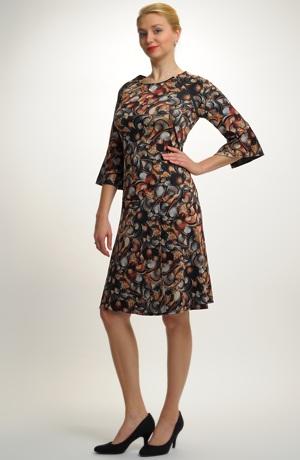 Elegantní zavinovací šaty v prodloužené délce