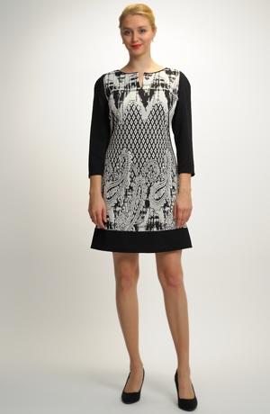 Krátké šaty ze vzorované pleteniny