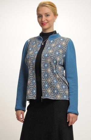 Mladistvý pletený kabátek v originální kombinaci materiálů
