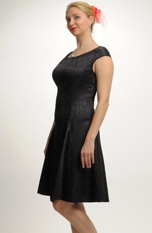 Elegantní černé koktejlové šaty z elastické lehké tkaniny