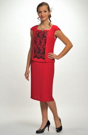 Dámský kostým tvoří top a kabátek zdobený krajkou a dílová sukně.