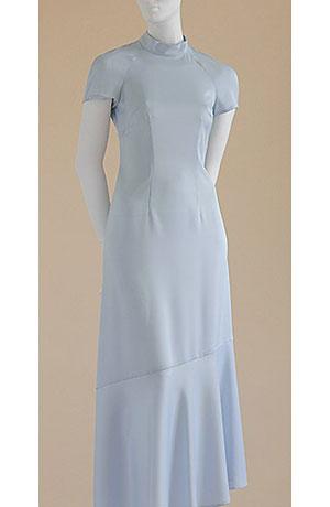 Raglánové společenské šaty se stojáčkem zdobéné jemným volánem