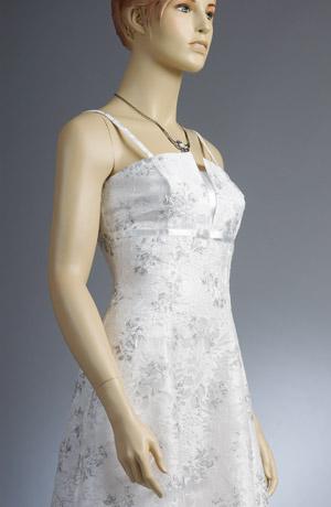 Svatební minišaty na ramínka jsou vyrobeny z mačkaného materiálu se stříbrným potiskem květů.Jsou podloženy elastickým bílým saténem,který prosvítá v transparentním vzoru a dodává tak šatům luxusní vzhled.Spodnička je zdobena t