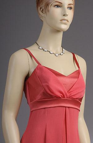 Společenské šaty se zajímavě řaseným sedlem. Kombinace matného krešovaného šifonu a lesklého hladkého saténu v jednom barevném tónu vytváří zajímavý efekt,krerý podtrhuje jednoduchost linie šatů.Šaty jsou vhodné i pro nevěsty.