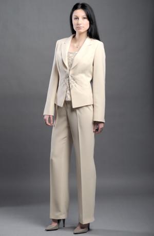 Kalhotový komplet lze použít i jako elegantní svatební kostým.