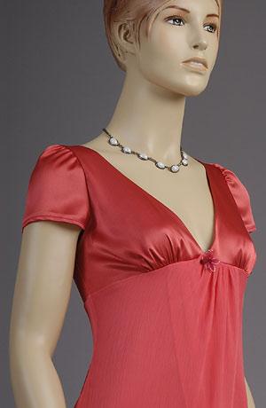 Společenské minišaty do sedla s otevřeným dekoltem a nabranými pufničkami. Efekt kombinace matného krešovaného šifonu a lesklé hladké spodničky vynikne na dvojité sukni s řasením.Šaty jsou vhodné i pro nevěsty na svatební večer.