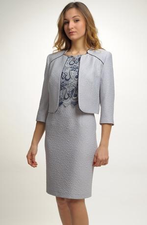 Dámský kostým tvoří šaty zdobené krajkou a krátký kabátek