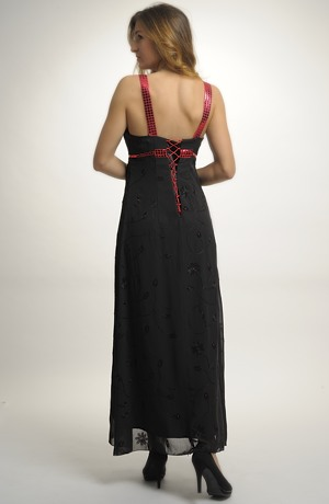 Večerní šaty s řasením zdobené výšivkou