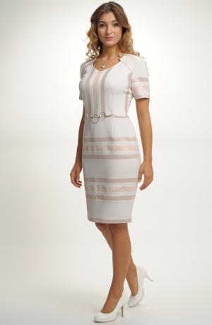 Pruhované šaty v zajímavé kombinaci do střihu šatů