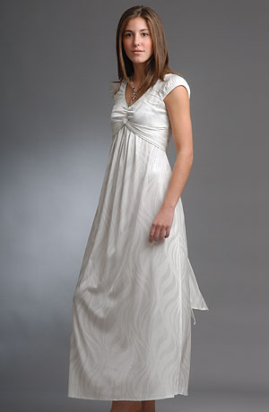 Elastické svatební šaty s řasením na živůtku a nabíráním pod prsy.
