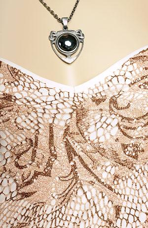 Ramínkové svatební šaty s volánem a spodničkou.