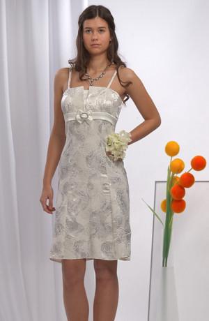 Svatební minišaty se stříbrným potiskem mají sedýlko s nástřihem zdobeným módní mašlí se stříbrnou sponou. Šaty lze použít i na jiné společenské akce.