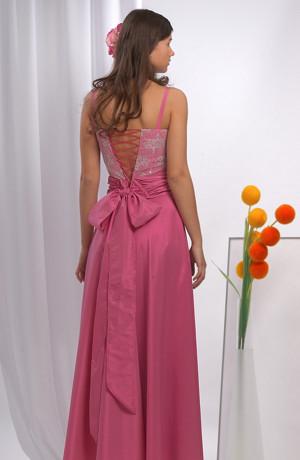Korzetové taftové šaty zdobené jemným krajkovým tylem.