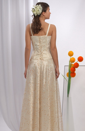 Korzetový komplet má bohatou kolovou sukni z vyšívané organzy.