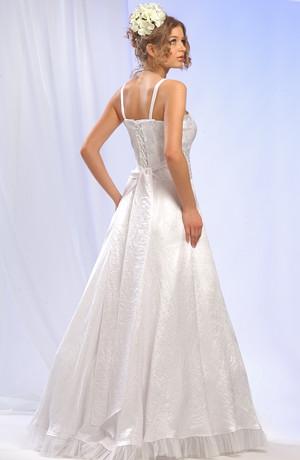 Bílé svatební šaty na ramínka s krásnou dlouhou sukní.