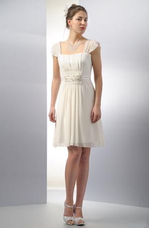 Šaty v římské stylu s řasením staženým do krajkové porty.